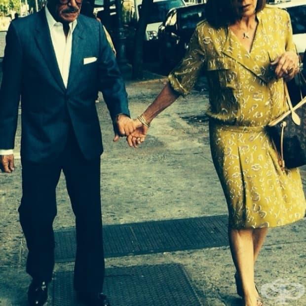 Ходят хванати за ръка.