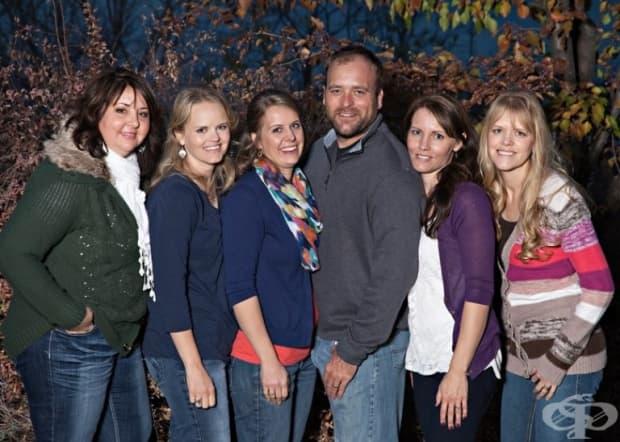 Брейди и любимите му жени Паули, Робин, Розмари, Нони и Ронда живеят като едно голямо семейство и имат заедно 25 деца.