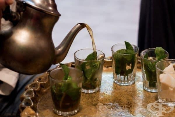 Мароко - Мароканците се наслаждават на освежаващ зелен чай с мента.