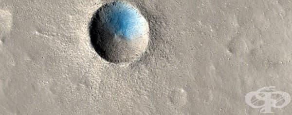 Малък кратер, образуван наскоро при сблъсък с небесно тяло.