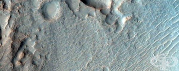 Кратери със стръмни склонове в марсианската равнина.