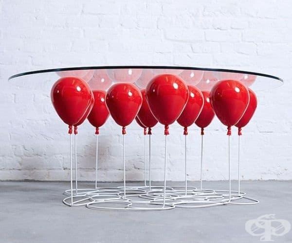 """Маса, повдигната от """"балони""""."""