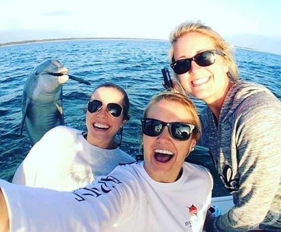 Този делфин чул, че някой си прави селфи наблизо и просто трябвало да бъде част от него.