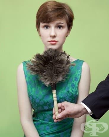Против закона е да гъделичкате жена под брадичката, използвайки четка за прах.