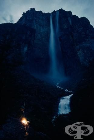 Водопад се спуска надолу над 3000 фута във Венецуела, март 1963