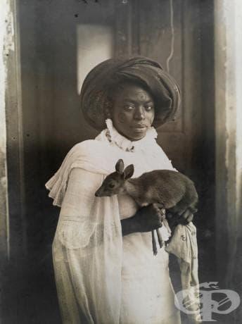 Млада кенийска жена държи своето домашно еленче в Момбаса, март 1909