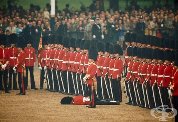 Ирландските гвардейци запазват внимание,  след като един гвардеец е припаднал, Лондон, Англия, юни 1966
