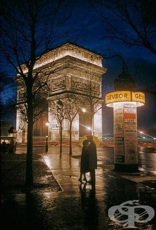 Млада двойка до Триумфалната арка в Париж, 1960