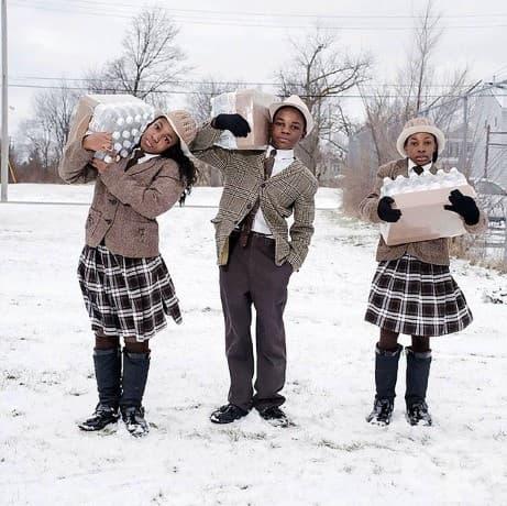 Във Флинт, Мичиган, братята и сестрите - Джули, Антонио и Индия Аврам събират ежедневно събират своята бутилирана вода от гара Fire # 3, месното място за водни ресурси.