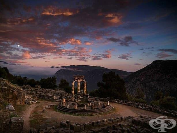 Нощна светлина огрява светилището на Атина Проная в Делфи. Поклонниците в древна Гърция са поднасяли жертвоприношения тук преди консултация с Делфийския оракул.