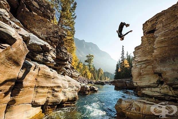 Стивън Донован, скача в басейн, поел сезонна работа в Национален парк Гласиер, за да подобри своите фотографски умения.