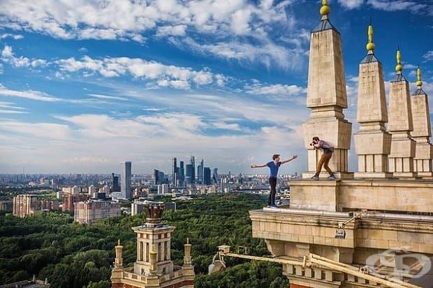 Кирил Вселенски върху корниз в Москва, докато Дима Балашов го заснема. 24-годишните любители на адреналина, известни като rooftoppers, празнуват своите подвизи в Instagram.