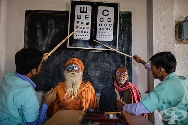 Работници провеждат очни прегледи в Индия. Тяхната цел: да се подпомогне намаляването на сляпото население в Индия, което е повече от осем милиона.