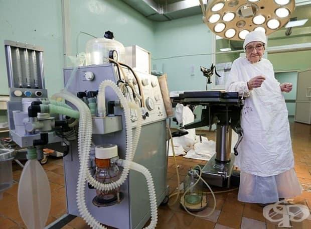 Запознайте се с най-възрастния хирург в света: 89-годишна и с 4 операции на ден