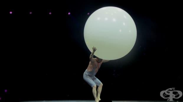Човекът – Балон – Виктор, който танцува, лети, жонглира в балон.