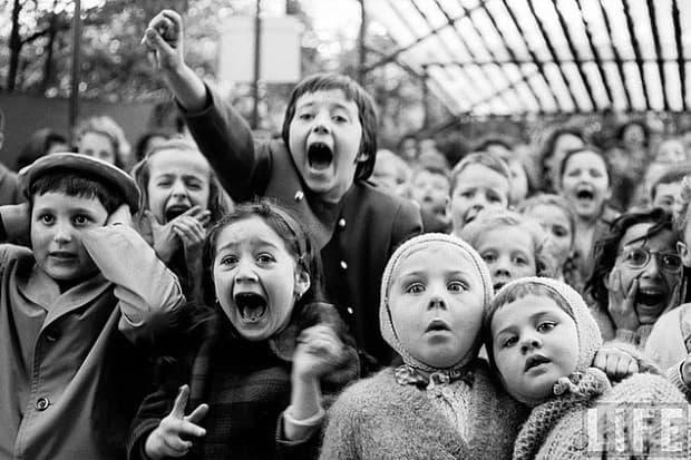 Страх: Деца, които гледат Св. Георги и историята за дракона на куклено шоу в Париж, 1963.