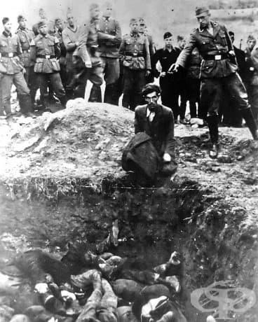 Приемане: 28,000 евреи приемат това, което ги очаква, преди да бъдат погребани в масови гробове около Виница, точно като този човек.