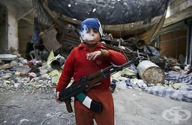 Изгубена невинност: Този 8-годишен сирийски бунтовник не изглежда вече като дете.