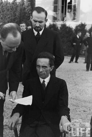 Омраза: Когато д-р Пол Йозеф Гьобелс, един от най-близките приятели и верен последовател на Адолф Хитлер, както и на министъра на народното просвещение и пропагандата между 1933 г. и 1945 г., научава, че фотографът е евреин.