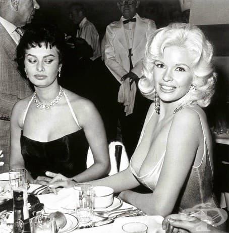 Ревност: София Лорен не може да откъсне очи от Джейн Мансфийлд по време на парти, организирано за нея на 12 април, 1957.