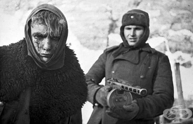 Поражение: Докато войник от червена армия заповядва на германски войник да върви.