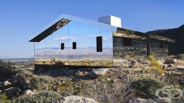 Инсталация на невидим огледален дом омагьосва Калифорнийската пустиня