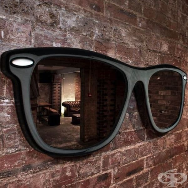 Огледало под формата на гигантски слънчеви очила.