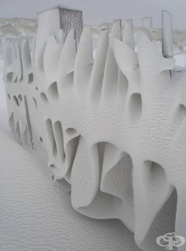 Ограда след снежна нощ.