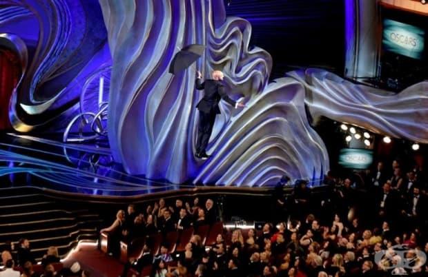 Актьорът Кийгън - Майкъл Кий полетя надолу от покрива, държейки разпънат чадър.
