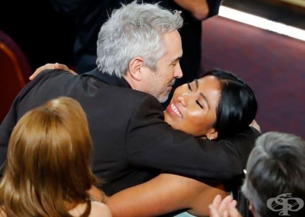 """Режисьорът Алфонсо Куарон дава прегръдка на Ялица Апарисио, звездата на неговия филм """"Рома"""", след като печели наградата за най-добър режисьор."""