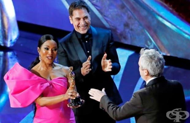 Алфонсо Куарон получава Оскар за най-добър чуждоезичен филм, връчен от Анджела Басет и Хавиер Бардем.