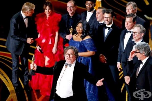 """Режисьорът на """"Зелената книга""""  Чарлз Б. Уеслър говори на сцената, заедно с режисьора Питър Фарели (вдясно), след като лентата спечели наградата за най-добър филм."""