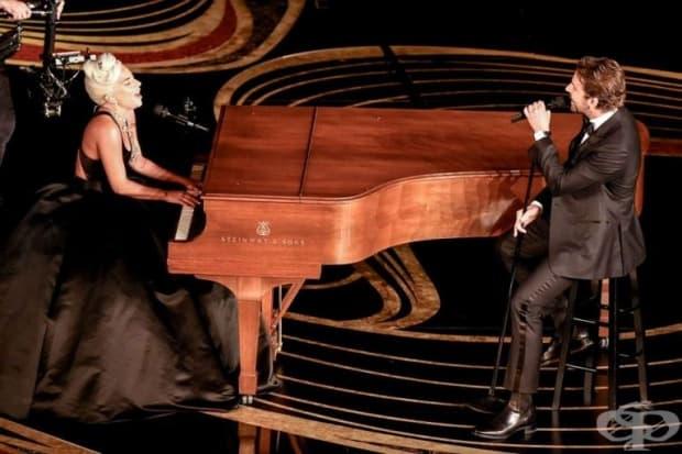 """Лейди Гага и Брадли Купър изпълняват песента Shallow от филма """"Роди се звезда""""."""
