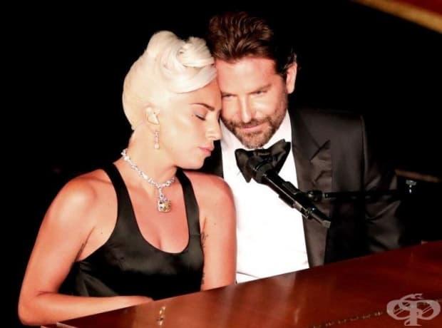 В края на песента Гага и Купър пеят на един микрофон, докато фотоапаратът ги снима.