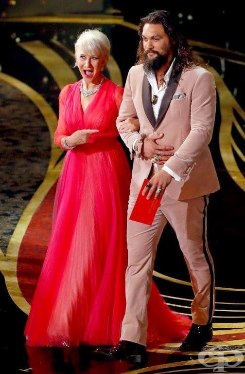 """Хелън Мирън излиза на сцената със звездата от """"Аквамен"""" - Джейсън Момоа."""