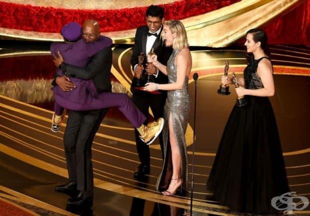 Спайк Ли се хвърля в ръцете на Самюъл Джаксън, след като спечели статуетката за сценарий за BlacKkKlansman.