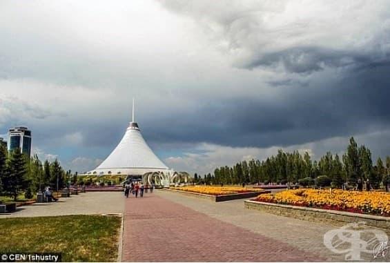 Нещо наблюдава хората в Астана, столицата на Казахстан.