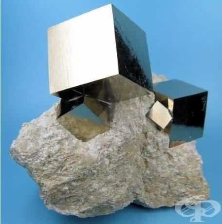 Тези кубчета пирит, които се срещат в природата