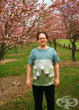 Този наистина талантлив мъж плете пуловери на различни места, а после ги посещава!