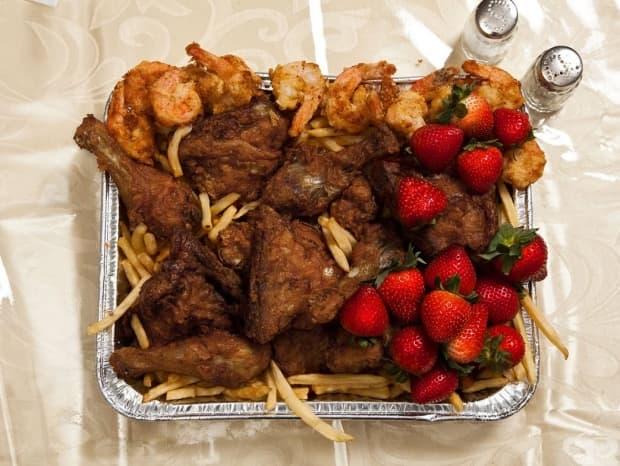 Джон Уейн Гейси, 52 г., Илинойс – изнасилване и 33 убийства, смърт чрез смъртоносна инжекция, 1994 г.: 12 пържени скариди, порция пържено пиле KFC, ягоди.