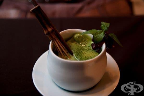 Япония - Чай от матча се приготвя от фино смлени висококачествени листа зелен чай. Той се различава от класическия вид, който познаваме. Прахът старателно се разбърква в чашата и ако всичко е направено правилно, се получава ярка зелена смес.