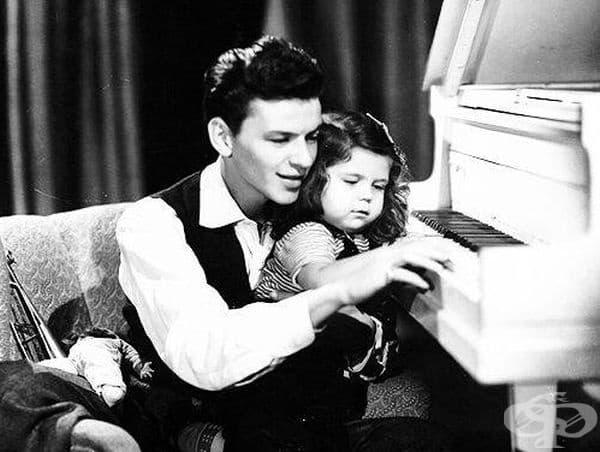 Разпознавате ли този любящ баща и дъщеричката му?