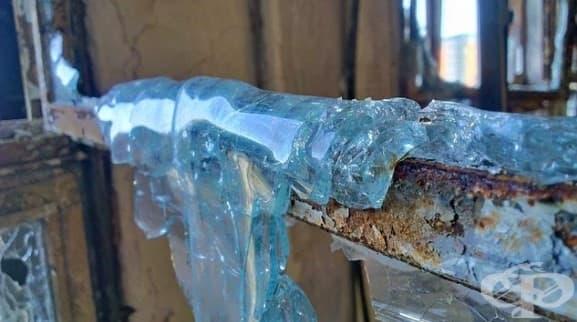 Останките от разтопено стъкло върху сграда, претърпяла пожар