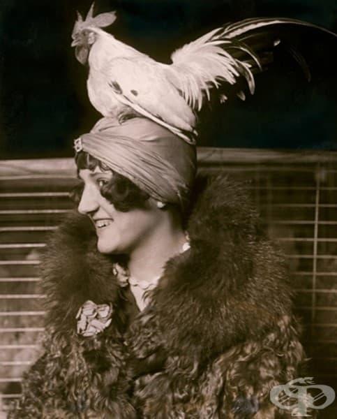 Девойка с шапка с петел, 1926 г.