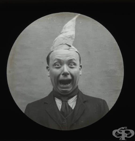 Мъж от Викторианската епоха с шапка от хартия