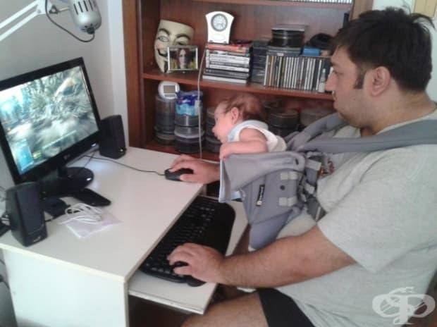 Много бащи бързо се научават как да се справят с новороденото си дете. Винаги намират начин да разсеят малкия си наследник.