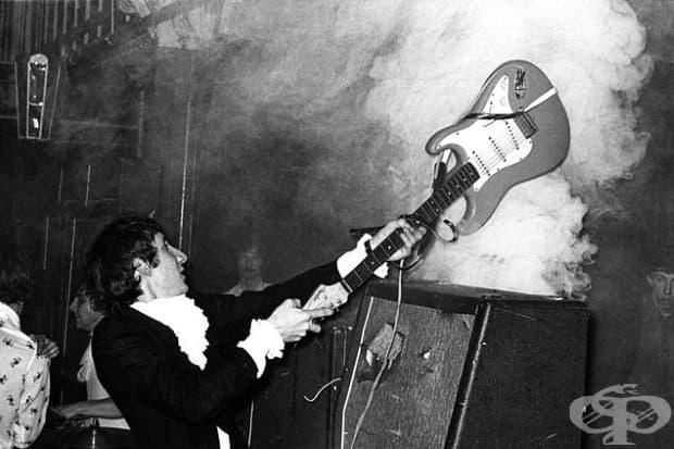 Пит Тауншенд от The Who, докато разбива китарата си на концерт в Granby Halls. Лестър, Англия, 1967 г.