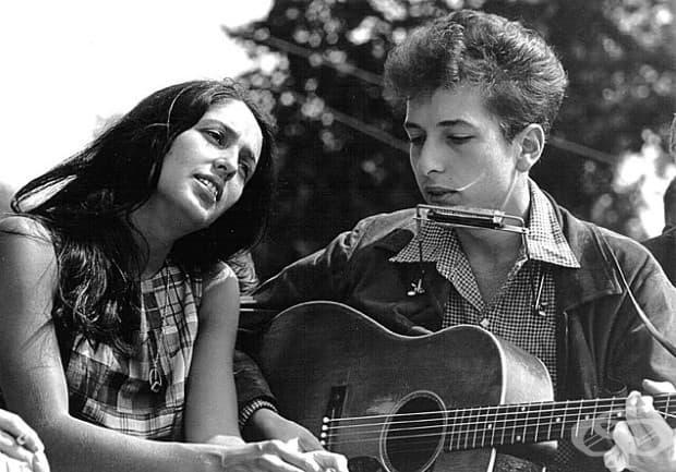 Джоан Байз и Боб Дилън изнасят концерт на митинга за граждански права през март във Вашингтон. Вашингтон, 1963 г.