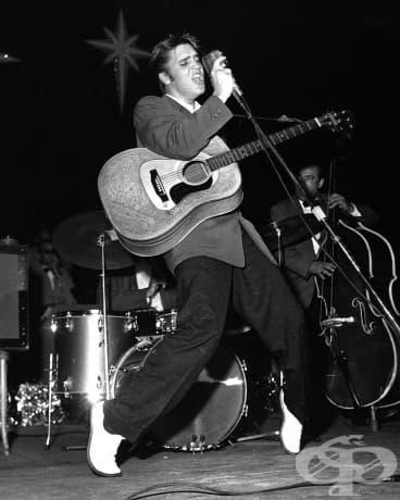 Елвис Пресли прави своята характерна поза на пръсти Маями Олимпия Тиътър, 1956 г.