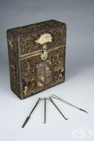 Сандъче със зъболекарски приспособления от 17-ти век